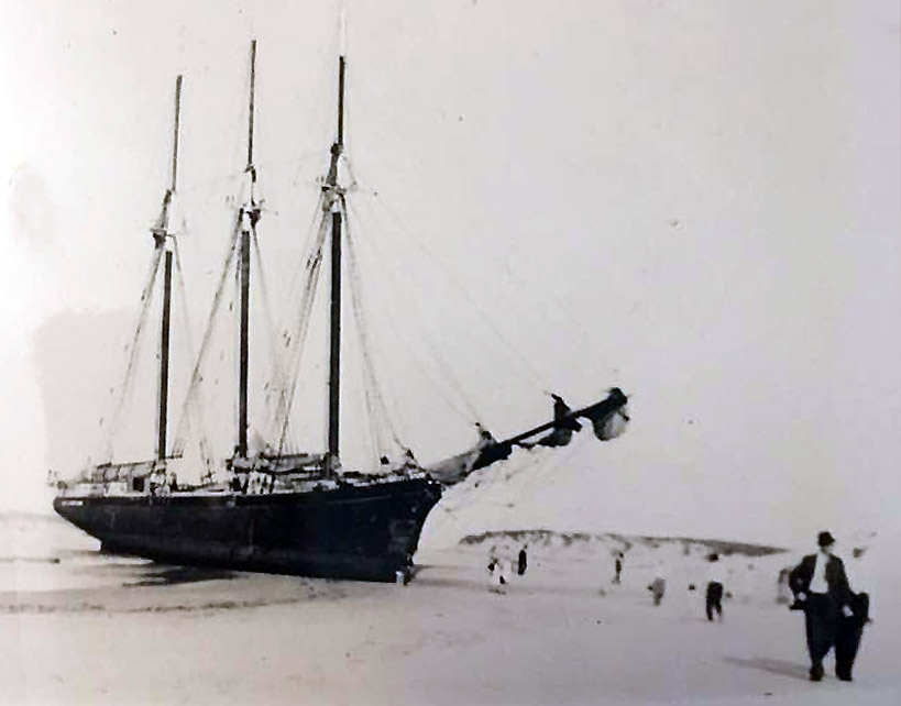 ship-grounded-3-mast-crane-beach