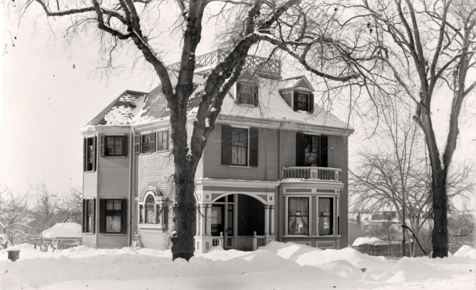 The house at 8 High Street, photographed by George Dexter, circa 1900.