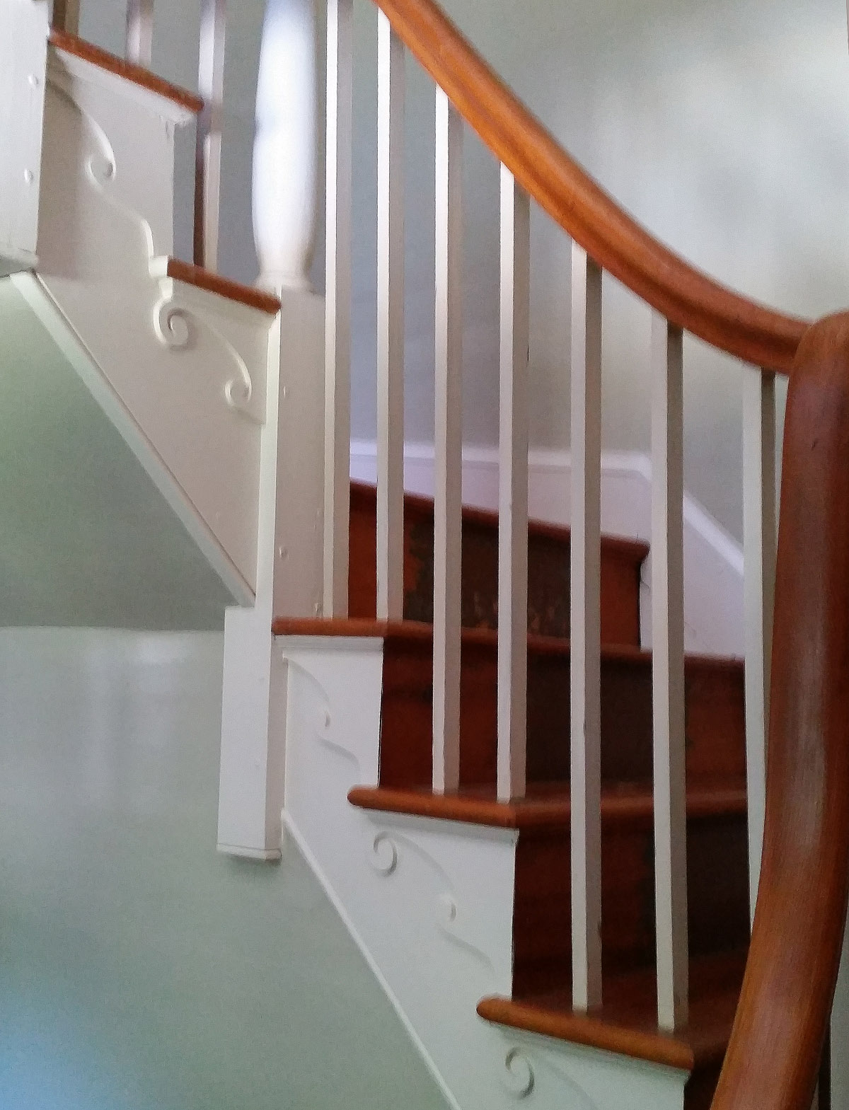 white-horse-front-stairs