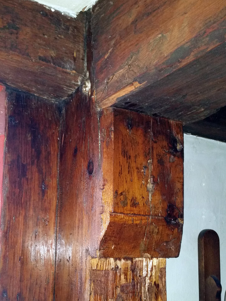 Post head supporting summer beam in the downstairs oldest section of the William Livermore house.